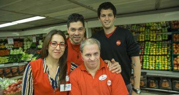 Hernando Serna trabaja en un supermercado desde hace 25 años