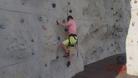 David escalando en un rocodromo