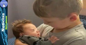 """Un niño de seis años le canta """"10.000 horas"""" a su hermanito con síndrome de Down"""