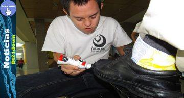 Edgar, un joven con Síndrome de Down, lustrador de zapatos y elaborador de hermosas piñatas